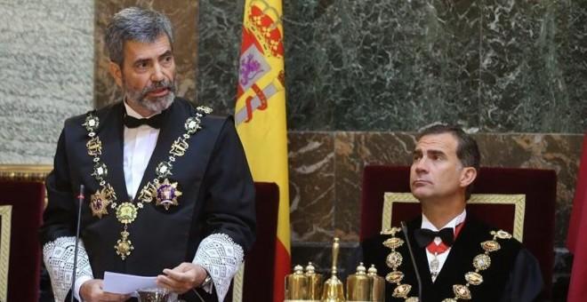 Carlos Lesmes, presidente del Tribunal Supremo y del CGPJ, habla ante la atenta mirada de Felipe VI.- EFE/Archivo