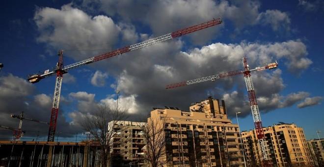 Las grúas han vuelto a proliferar en las principales ciudades españolas a pesar del amplio stock de vivienda disponible./ REUTERS
