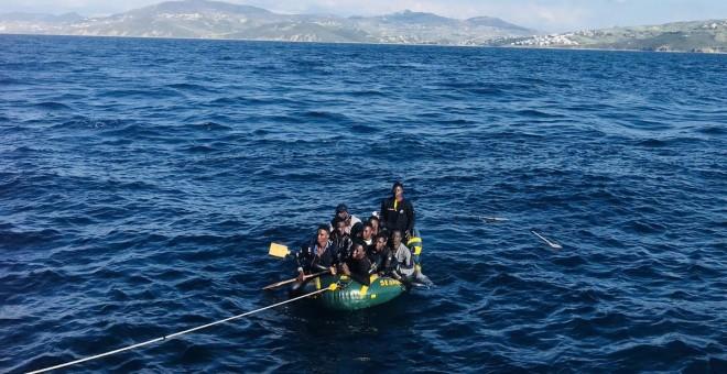 Migrantes a borde de una embarcación en aguas del Estrecho. / Salvamento Marítimo