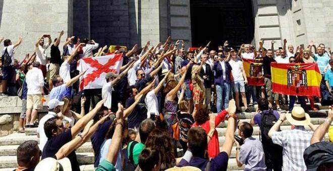 Decenas de personas realizan el saludo fascista en el Valle de los Caídos este domingo. (JUAN CARLOS HIDALGO   EFE)