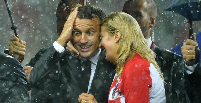 Kolinda Grabar-Kitarovic, junto a Emmanuel Macron durante la final del Mundial. REUTERS