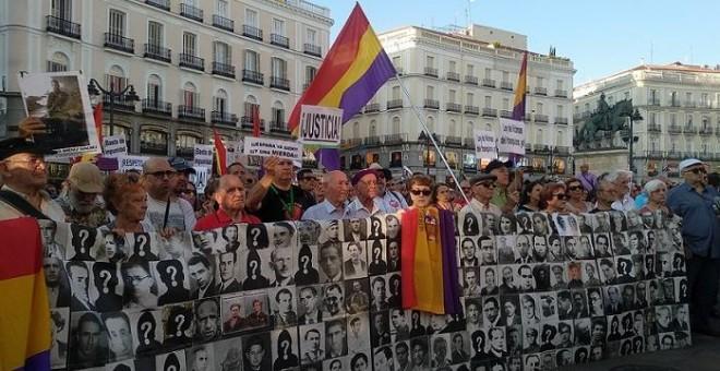 Concentración de colectivos de memoria histórica para pedir que se condene la impunidad del franquismo en Madrid. / Erly Quizhpe