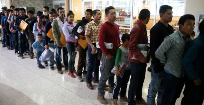 Familias mexicanas son separadas en la frontera entre EEUU-México - REUTERS