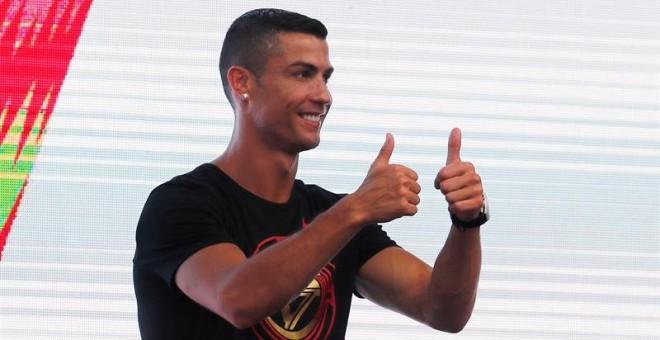19/07/2018.- El futbolista portugués del Juventus Cristiano Ronaldo saluda a sus fans durante un acto en Pekín incluido en su 'CR7 tour' anual, en Pekín, China, hoy, 19 de julio de 2018. EFE/ Wu Hong