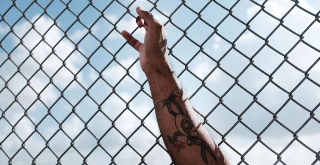 Un hombre espera en la frontera con EEUU tras haberles sido rechazada la entrada. SPENCER PLATT (AFP)