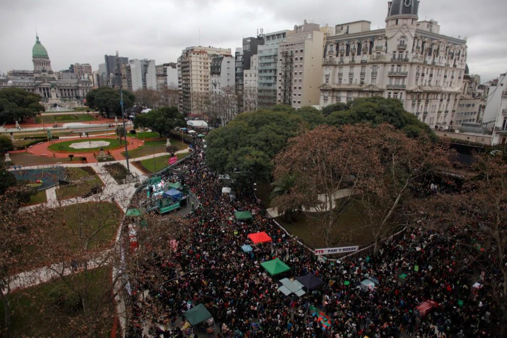 Miles de personas reunidas en frente del Congreso Nacional, donde se ha debatido sobre la despenalización del aborto en Argentina. / REUTERS - Marcos Brindicci