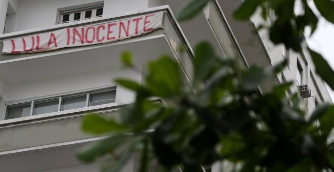 Un balcón de Brasil con una pancarta que clama por la inocencia de Lula da Silva | Reuters