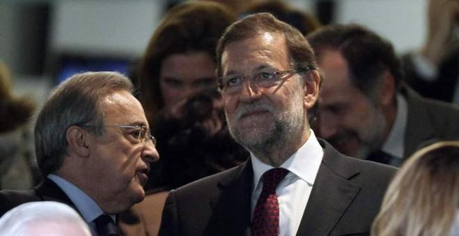 El presidente del Gobierno, Mariano Rajoy, junto al presidentes de ACS y del Real Madrid, Florentino Perez, en el palco del estadio Santiago Bernabéu. EFE/Chema Moya/Archivo