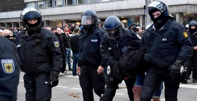 Dos antidisturbios se llevan detenido a un ultraderechista este sábado en Chemnitz. /EFE