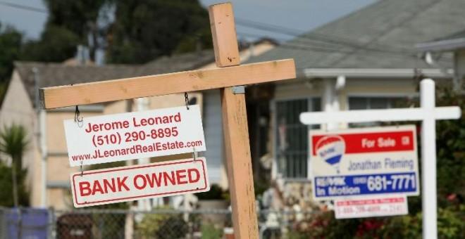 Un cartel indica que una casa es propiedad del banco en California, en una imagen de archivo. / AFP - JUSTIN SULLIVAN