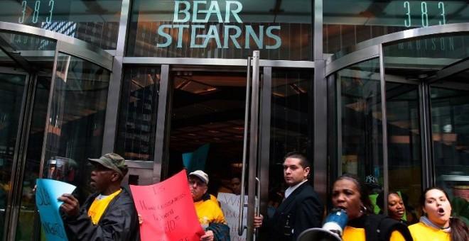 Manifestantes en la sede de Bear Stearns protestan por la venta del banco de inversión respaldada por el Gobierno estadounidense. / AFP - CHRIS HONDROS