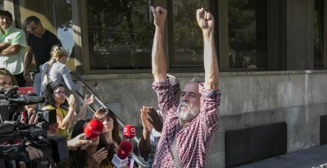 13/09/2018.- El actor Willy Toledo atiende a los medios de comunicación tras declarar hoy ante el juzgado de instrucción número 11 de Madrid acusado de vejación contra los sentimientos religiosos y ha reiterado mediante un escrito que no ha cometido ningú