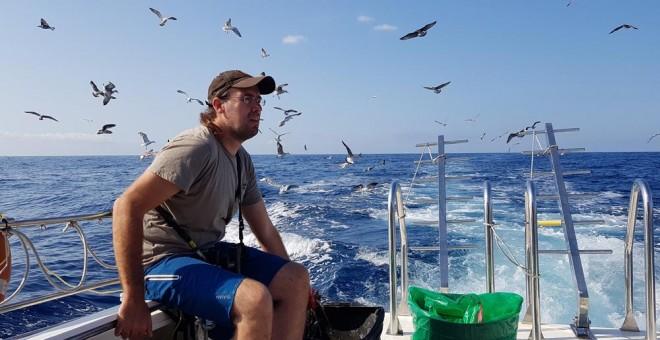 Carles Tobella, uno de los biólogos del proyecto Zepamed, a bordo de una lancha en aguas de Mataró. LUCÍA VILLA