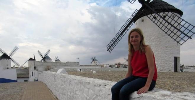 Ana Belén Pintado, junto a uno de los molinos de viento de su pueblo, Campo de Criptana (Ciudad Real).- LAURA FIGUEIREDO