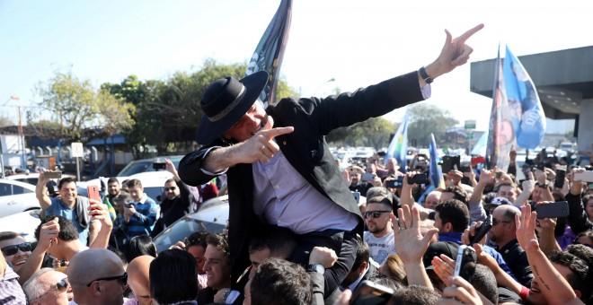 El candidato presidencial a las elecciones de Brasil por las ultraderecha, Jair Bolsonaro, en un acto de campaña en Porto Alegre.- REUTERS/Diego Vara