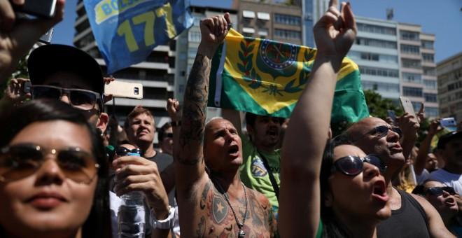 Simpatizantes del candidato ultraderechista a las elecciones presidenciales de Brasil,Jair Bolsonaro, se manifiestan en Río de Janeiro.- REUTERS/Pilar Olivares