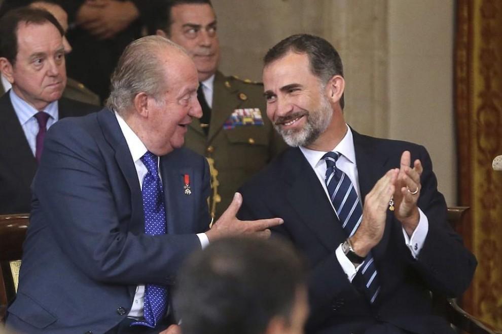 El rey Felipe VI conversa con Juan Carlos. - EFE