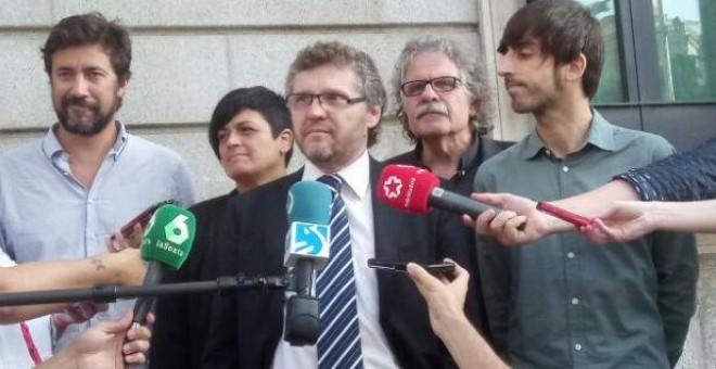 Fabián Salvioli atiende a los medios en la puerta del Congreso de los Diputados.- CEAQUA
