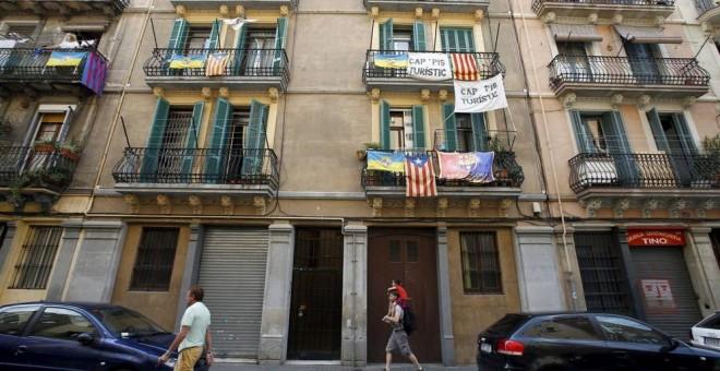 Un inmueble de Barcelona, con pancartas contra los pisos turísticos. REUTERS