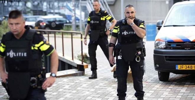 La policía evacúa el centro de conciertos Maassilo debido a una amenaza terrorista hoy, miércoles 23 de agosto de 2017, en Róterdam (Holanda). El concierto en Rotterdam de la banda estadounidense 'Allah-Las' ha sido cancelado.