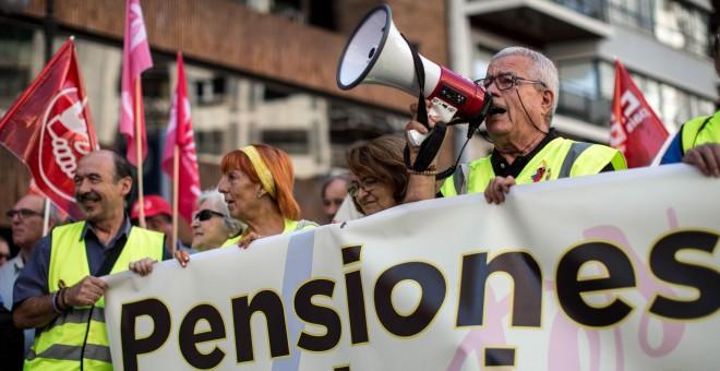 Imagen de la manifestación en Valencia convocada por las organizaciones de pensionistas y jubilados de UGT y CCOO por unas pensiones públicas dignas. EFE/Biel Aliño