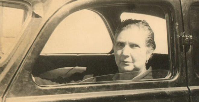 La taxista lucense Dolores Trabado, en Pontevedra. Una pionera del taxi junto a la leonesa Piedad Álvarez. / CAMILO GÓMEZ