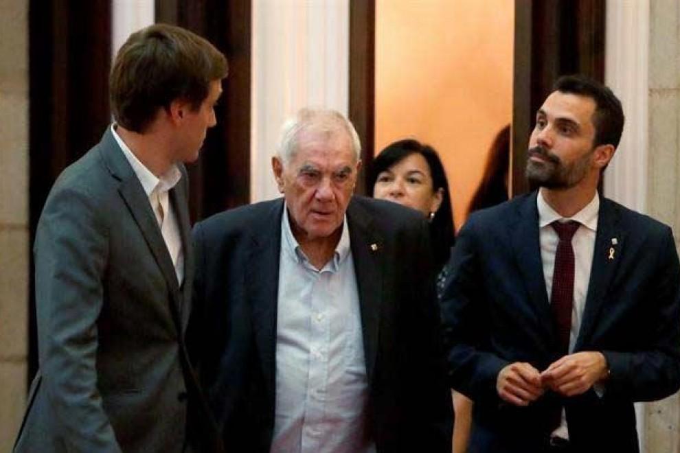 El consejero de Exteriores de la Generalitat Ernest Maragall (centro), y el presidente del Parlament Roger Torrent (derecha) (TONI ALBIR   EFE)