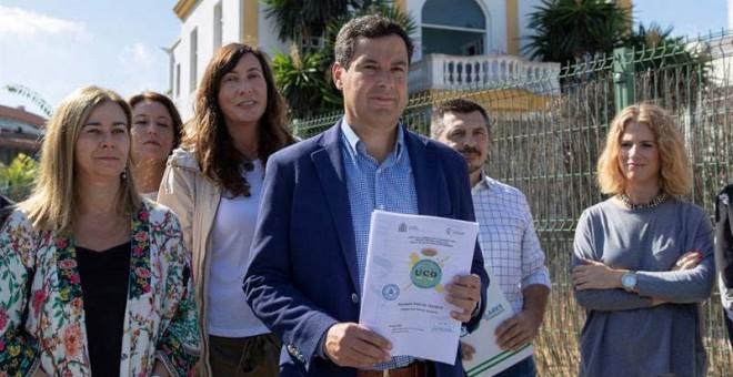 El líder del PP-A, Juanma Moreno, junto a varios dirigentes de su partido, muestra frente al Club Don Angelo de Sevilla un atestado de la UCO de la Guardia Civil en el que se recoge un gasto con tres tarjetas de la FAFFE de 31.969 euros en doce 'juergas'