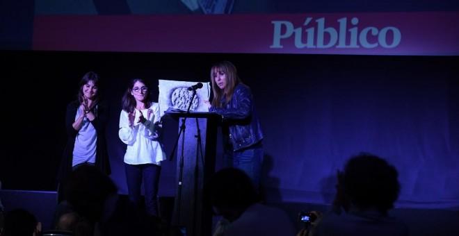 Natalia y Paula Slepoy recogen el 'Premio Público Derechos Humanos' de manos de Ana Pardo de Vera, que fue otorgado a Carlos Slepoy en 2017. / FERNANDO SÁNCHEZ