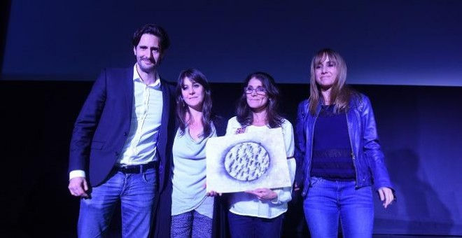 De izqda a dcha, Juan Diego Botto, Natalia y Paula Slepoy, Ana Pardo de Vera en el homenaje al abogado Carlos Slepoy. / FERNANDO SÁNCHEZ