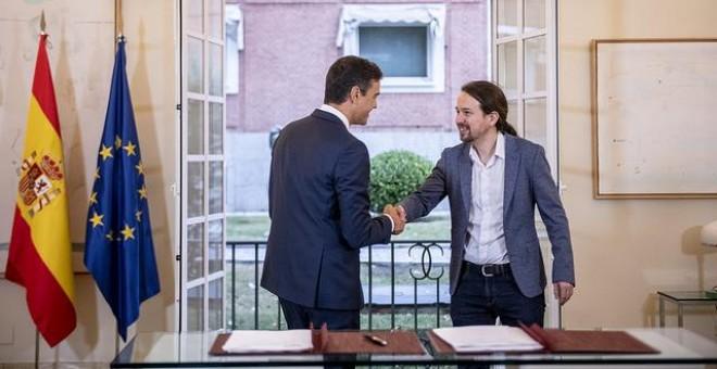 Pablo Iglesias y Pedro Sánchez en la firma del acuerdo presupuestario / PODEMOS