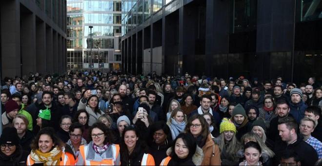 Trabajadores de Google en Dublín protestan a las afueras de su oficina. REUTERS/Clodagh Kilcoyne