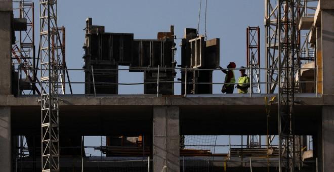 Trabajadores de la construcción en una edificación de viviendas en Madrid. REUTERS/Susana Vera