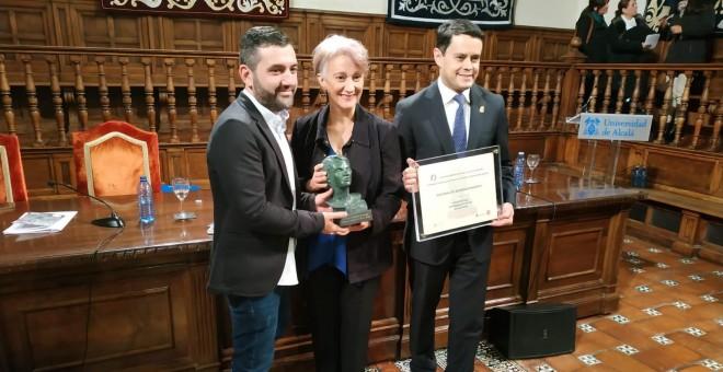 Los premiados posando en el paraninfo de la UAH después de recibir el Premio Francisco de Pedraza | Guillermo Martínez