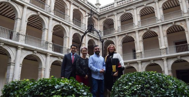 Los tres premiados junto a Julia Pérez Correa (derecha), la presidenta de la Asociación de Mujeres Progresistas de Alcalá | Sara Fernández de la Peña