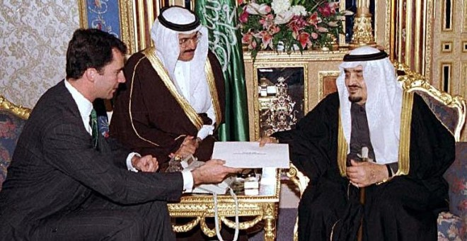 El por entonces príncipe heredero de España, Felipe le entrega una carta al ya fallecido rey saudí Fahd en Riyadh, en 1999. / AGENCIA DE PRENSA SAUDITA / SPA / AFP