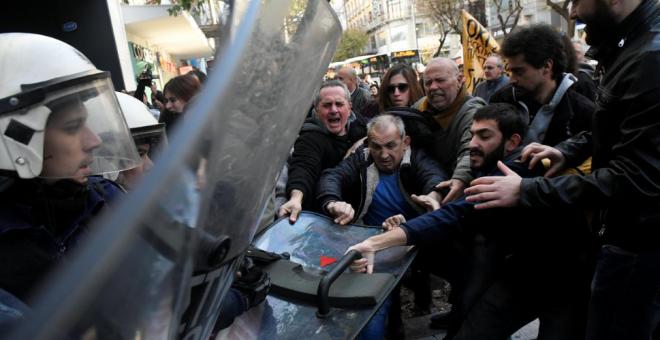 Manifestantes griegos se enfrentan a la Policía durante una subasta pública, en 2017. / REUTERS - ALEXANDROS AVRAMIDIS