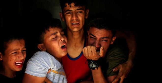 Los familiares de un palestino, que fue asesinado en la frontera entre Israel y Gaza. / REUTERS - MOHAMMED SALEM