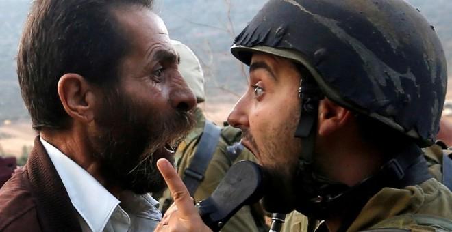 Un palestino discute con un soldado israelí durante los enfrentamientos por una orden israelí de cerrar una escuela palestina cerca de Nablus, en la ocupada Cisjordania. / REUTERS - MOHAMAD TOROKMAN