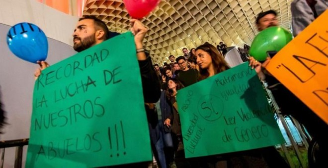 03/12/2018.- Manifestación estudiantil antifascista que ha comenzado esta tarde en la plaza de la Encarnación de Sevilla y ha continuado hasta el Parlamento de Andalucía y la Universidad hispalense, tras la irrupción de Vox en el Parlamento andaluz. EFE/