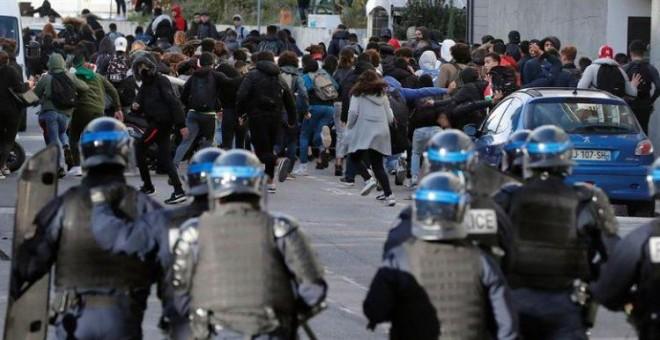 Estudiantes franceses huyen de los antidisturbios durante la protesta de este jueves contra los planes de reforma educativa del Gobierno de Emmanuel Macron, en Montpellier | EFE