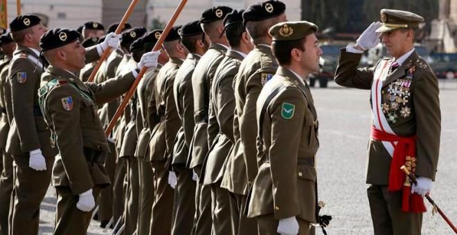 Miembros del ejército durante la ceremonia militar en honor a la Inmaculada, patrona de la Iha presididnfantería, en el cuartel El Bruc de Barcelona, que ha sido presidida por el teniente general Fernando Aznar Ladrón de Guevara, inspector general del Ejé