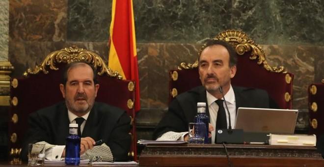 El magistrado Manuel Marchena (d) preside el tribunal, junto al juez Andrés Martínez Arreieta (i), al inicio de la vista por las cuestiones previas del caso del 'procés'   EFE/Ballesteros