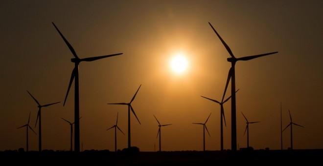 Campo de turbinas eólicas en la localidad conquense de Tebar. REUTERS/Sergio Perez