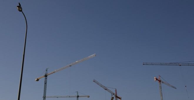 Grúas de edificación son vistas en el cielo en una obra en Madrid.-REUTERS/Susana Vera