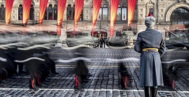 Desfile militar en la Plaza Roja de Moscú (Rusia) el 7 de noviembre de 2018. / AFP - MLADEN ANTONOV
