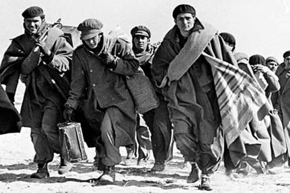 Miles de personas se tuvieron que exiliar tras el final de la Guerra Civil española, tal y como retrata Robert Capa en esta imagen. Muchos de esos exiliados políticos nunca volvieron. | Robert Capa / UNAM