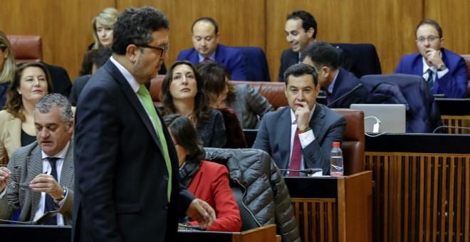 El líder de Vox en Andalucía, Francisco Serrano, pasa ante el candidato Juanma Moreno, en la segunda jornada de la sesión de investidura en el Parlamento de Andalucía. EFE/Julio Muñoz