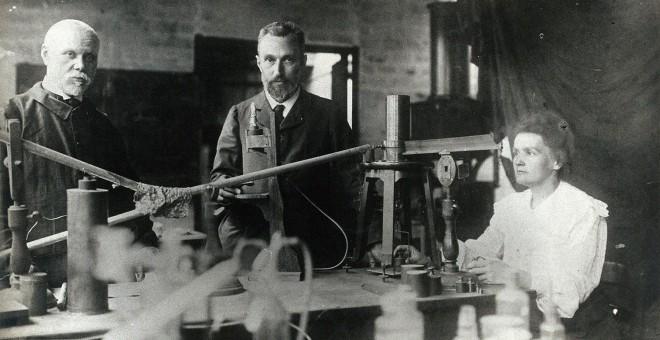 Marie y Pierre Curie con una tercera persona en su laboratorio de París, en 1900. Colección Welcome (CC BY)