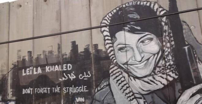 Mural con el rostro de Leila Khaled, que le convirtió en un icono de la resistencia del pueblo palestino